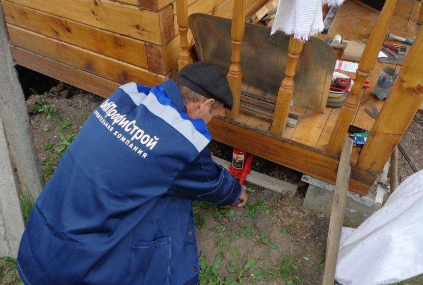 Как поднять деревянный дом: проверенный способ